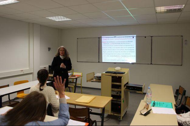 Claire Delain, professeur de français, donne des cours d'expression écrite et orale aux étudiants en sciences de Paris VI.