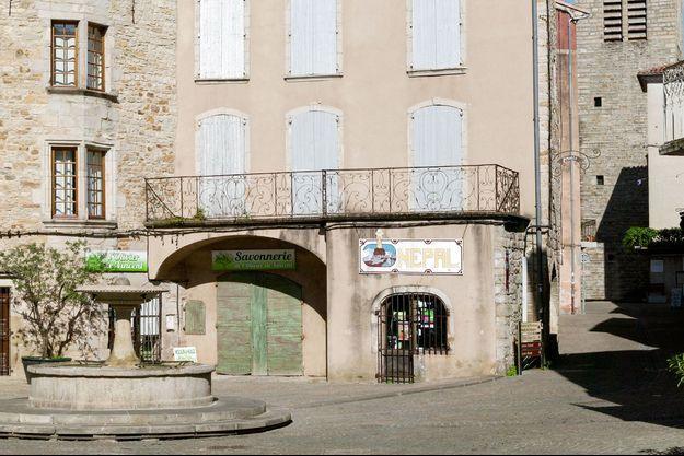 La place du marché des Vans, en Ardèche.