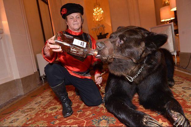 L'ours « Misha » exhibé au Plaza Athénée.