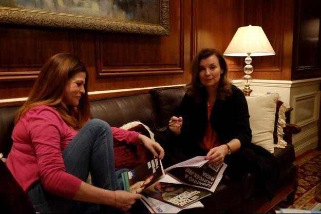 Au Taj Palace, Valérie Trierweiler et son amie Charlotte Valandray qui l'a accompagnée en Inde. Avec elle, elle ose parler de ce qui fait mal. Le Taj, la légende des palaces indiens à Bombay, les a invitées. C'est Air France qui a payé les billets d'avion.