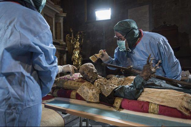 Avec mille précautions, deux paléontologues se penchent sur la dépouille de saint Davino Armeno, qui vécut au XIe siècle, aujourd'hui conservée en l'église San Michele in Foro de Lucques, en Toscane. Les corps complets de saints sont très rares.