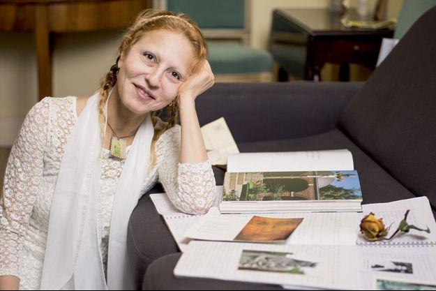 Véronique tient chaque jour son journal spirituel sur des cahiers à spirale, car elle n'utilise pas d'ordinateur. Elle y consigne ses pensées.