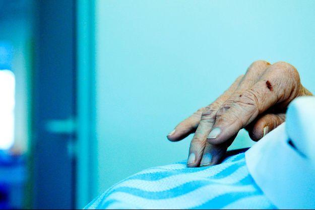 Une patiente dans le service des soins palliatifs de la clinique Sainte-Elisabeth à Marseille.