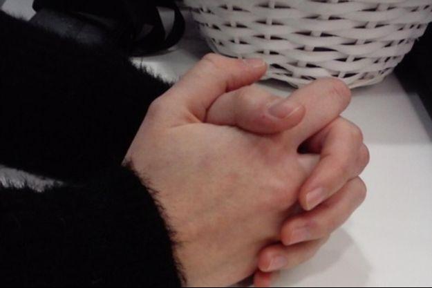 Les mains de Léa, victime à seize ans d'atteintes sexuelles.