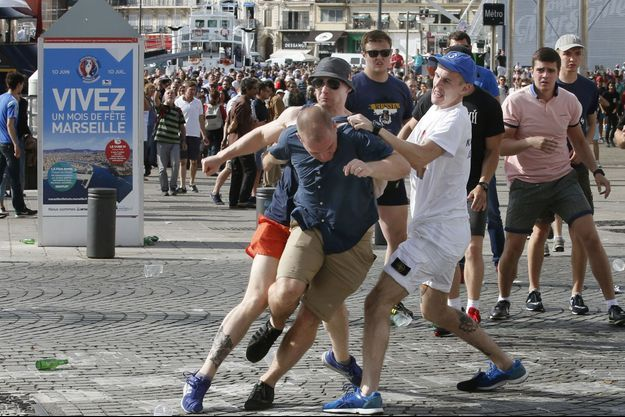 Affrontements entre supporters samedi près du Vieux-Port de Marseille.
