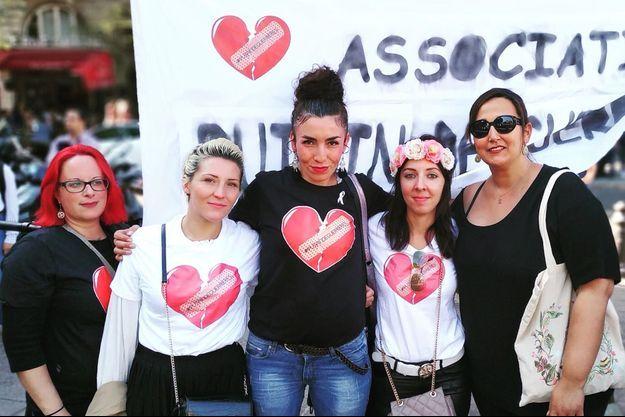"""De g. à dr: Adélaïde, Laetitia, Adleen, Laura, et Jade, de l'association """"Putain de guerrières""""."""