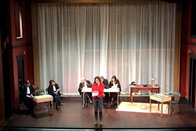 Aure Atika en répétition sur la scène du théâtre de la Michodière, mercredi 20 novembre. Derrière elle, de g. à dr. : Me Emmanuel Daoud, Me Michelle Dayan, Me Marie-Laure Barré, Me Arnaud Gris, Me Khadija Azougach.