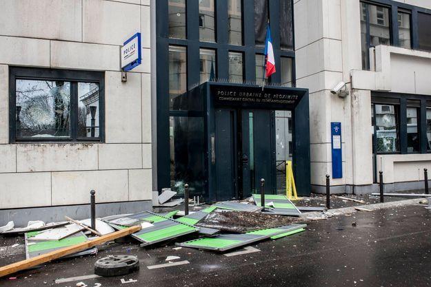Le commissariat du XIXe arrondissement avait été pris pour cible par les lycéens en colère.