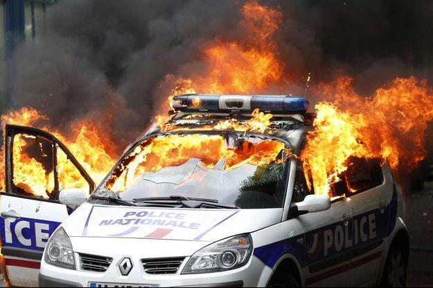 Deux policiers se trouvaient dans la voiture lorsqu'elle a été incendiée.