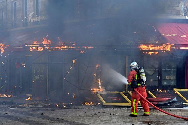 Le Fouquet's, le 16 mars 2019, incendié et saccagé en marge d'une manifestation de gilets jaunes.