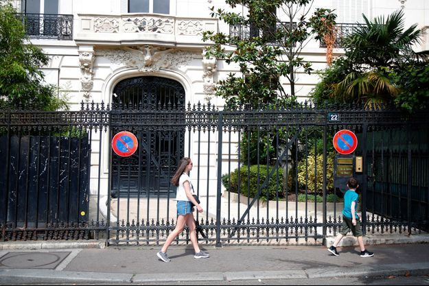 Devant le 22 avenue Foch, à Paris, un immeuble dont Jeffrey Epstein était le propriétaire, lundi.