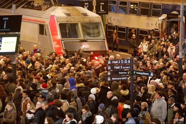 Passagers à la gare de Lyon, à Paris, le 12 décembre 2019.