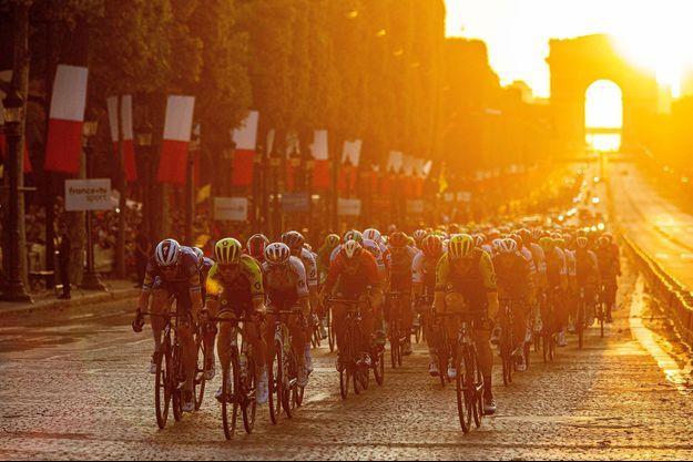 Le Tour de France 2019, ici lors de la dernière étape, à quelques instants de l'arrivée finale sur les Champs-Elysées.