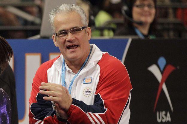 L'entraîneur de l'équipe olympique américaine de gymnastique, en 2012, John Geddert, s'est suicidé.