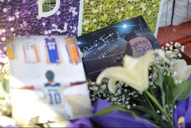 Les hommages à Kobe Bryant, devant le Staples Center, pour honorer l'anniversaire de sa disparition.