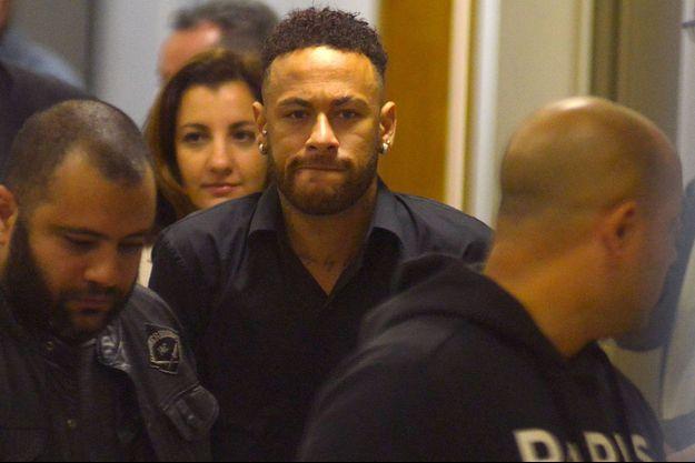 Neymar quitte le commissariat jeudi soir.