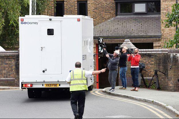 A Chester, vendredi, des journalistes devant un fourgon transportant le footballeur.
