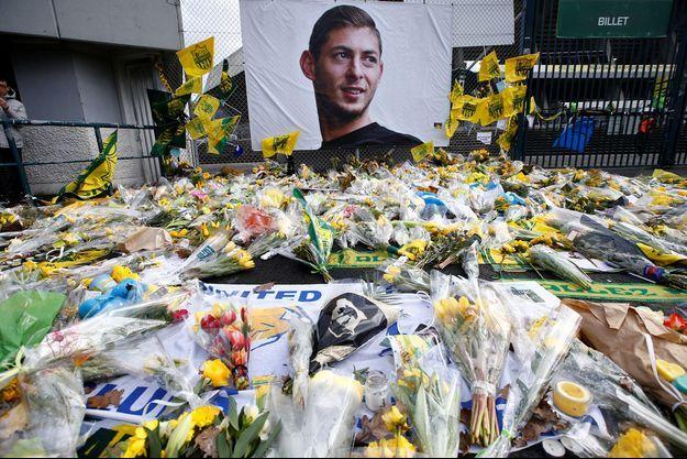 Des fleurs en mémoire d'Emiliano Sala, à Nantes, en février 2019.