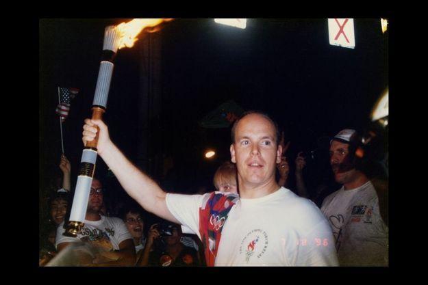 Le prince Albert porte la flamme olympique, le 18 juillet 1996, avant le début des Jeux d'Atlanta.