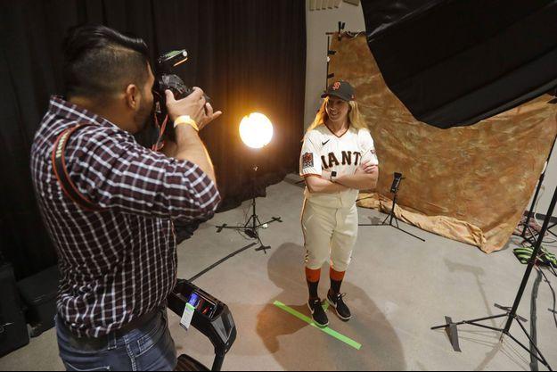 Alyssa Nakken pose avec le maillot des Giants.