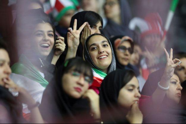 Des supportrices iraniennes assistent à un match de volley masculin à Téhéran.