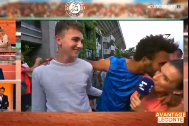 Maxime Hamou a tenté d'embrasser la journaliste d'Eurosport à plusieurs reprises.