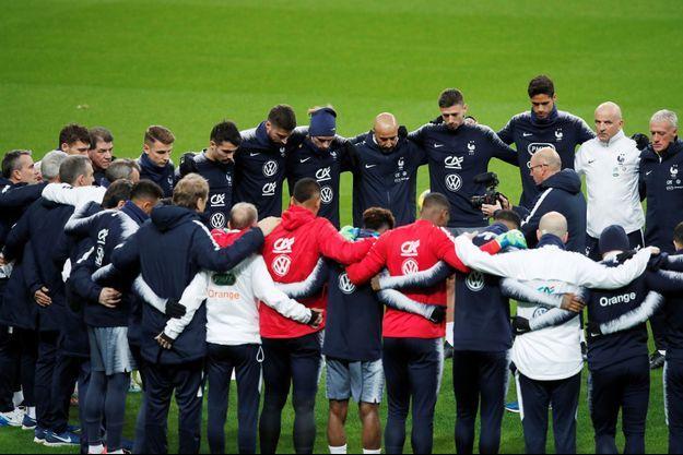 Les joueurs et l'encadrement de l'équipe de France de football ont respecté une minute de silence sur la pelouse du Stade de France, en hommage aux victimes.