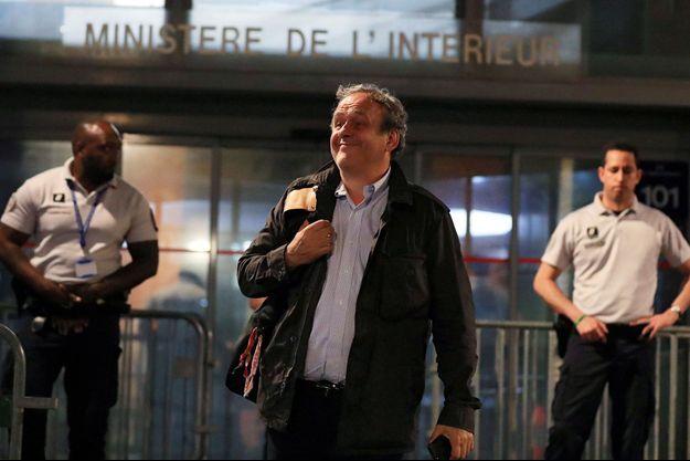 Michel Platini sortant de garde à vue.