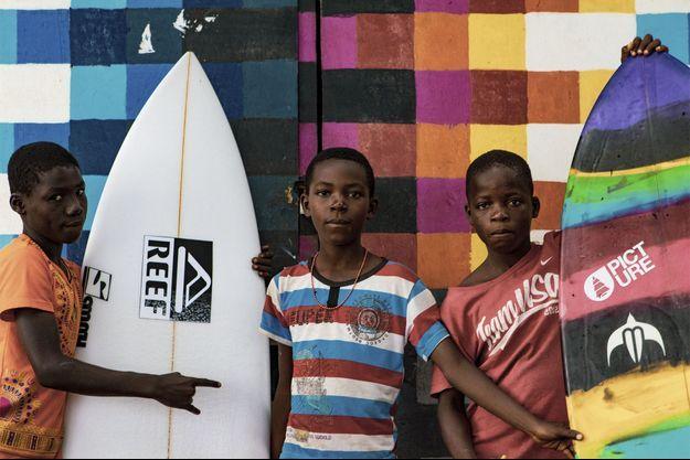 La guerre au Liberia a fait plus de 250 000 morts. Aujourd'hui, le pays se reconstruit et les enfants qui n'ont pas connu les atrocités, rêvent de surf et d'une vie meilleure.