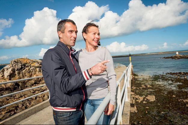 Aurélie et Armel vont prendre la navette pour l'île de Batz, là où le marin a débuté il y a trente ans sur un Optimist.