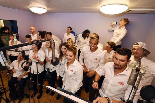Les athlètes chantant en chœur « Si tu vas à Rio » dans le studio d'enregistrement de Warner à Paris