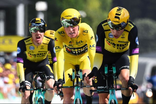 Mike Teunissen, maillot jaune, avec ses coéquipiers, au moment de leur victoire, dimanche à Bruxelles.