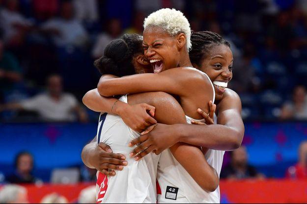 Sandrine Gruda, Valeriane Ayayi et Endene Miyem célèbrent la qualification en finale.