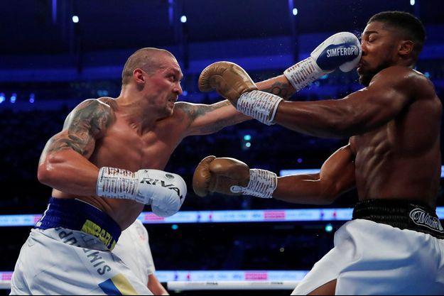 """Surnommé le """"Chat"""", Usyk a mis de nombreux coups de """"patte"""" à son adversaire Joshua."""