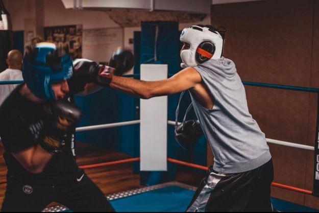 Jawad Isliy, à droite, s'entraîne dur pour devenir champion de boxe.