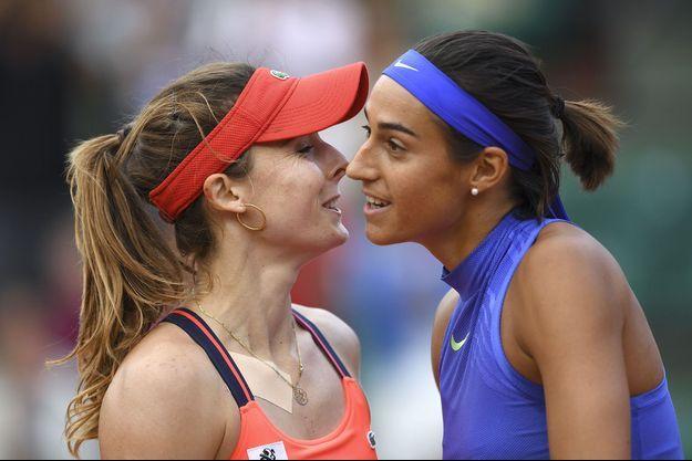 Caroline Garcia (à droite) et Alizé Cornet, après la victoire de Garcia, lundi.