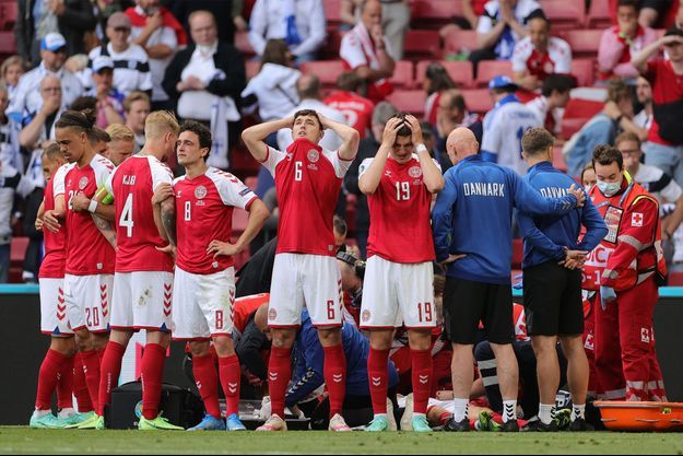Les Danois encerclent Christian Eriksen, victime d'un malaise en plein match de l'Euro.
