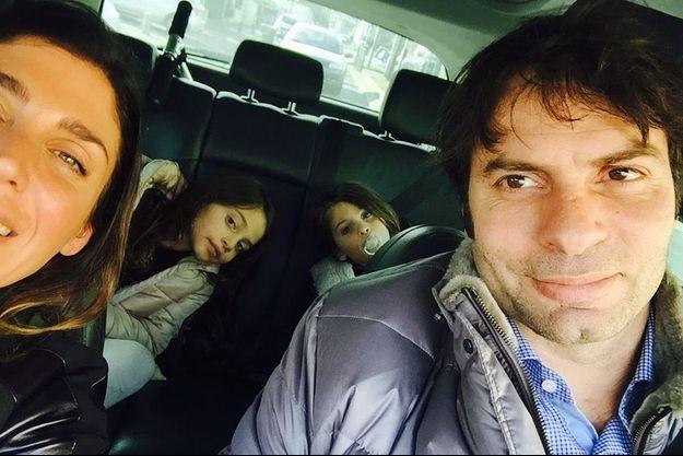 Avec Loretta et leurs filles, Kira (à g.), née en 2008, et Mya, née en 2010.