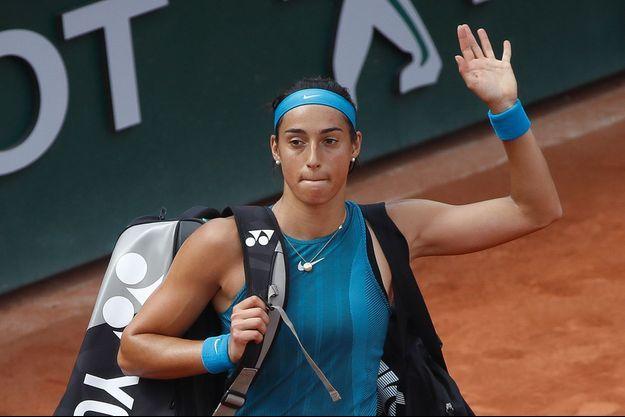 Caroline Garcia quitte le court Suzanne Lenglen de Roland-Garros, quelques minutes après sa défaite face à Angelique Kerber .
