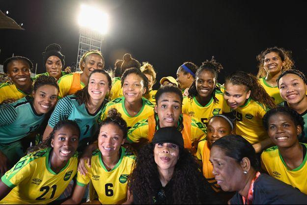 Cedella Marley entourée de l'équipe jamaïcaine en mai dernier.