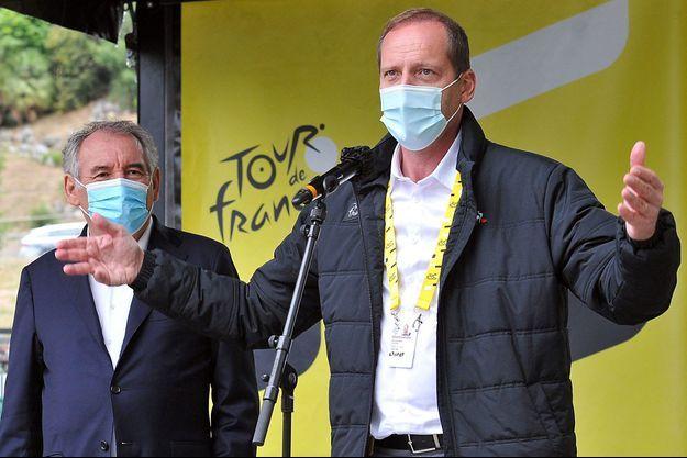 Christian Prudhomme, le 6 septembre, en compagnie de François Bayrou sur l'étape au départ de Pau.
