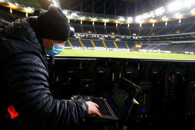 Un photographe portant un masque lors d'un match à Francfort, en Allemagne, le 12 mars.