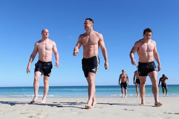 Trois beaux bébés sur la plage de Perth, en Australie. De g. à dr. : Paul O'Connell, irlandais, 1,98 mètre, 110 kilos, deuxième ligne ; Tommy Bowe, irlandais, 1,91 mètre, 102 kilos, ailier ; Jonathan Davies, gallois, 1,86 mètre, 104 kilos, trois-quarts centre.