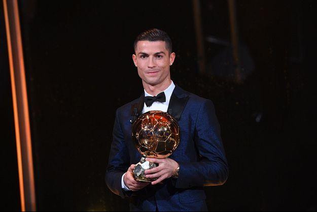 Cristiano Ronaldo et son 5e Ballon d'or.
