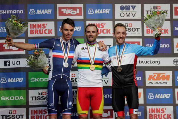 Romain Bardet et Michael Woods entourent le champion du monde Alejandro Valverde.