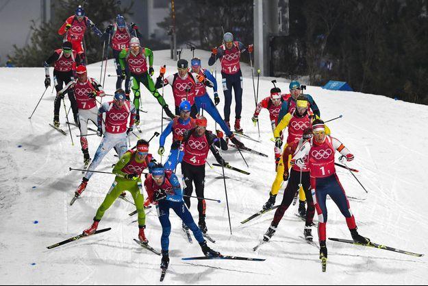 Le Français Simon Desthieux (premier, en bas à gauche) s'élance vendredi, lors de la finale du relais masculin en biathlon, à Pyeongchang en Corée du Sud.