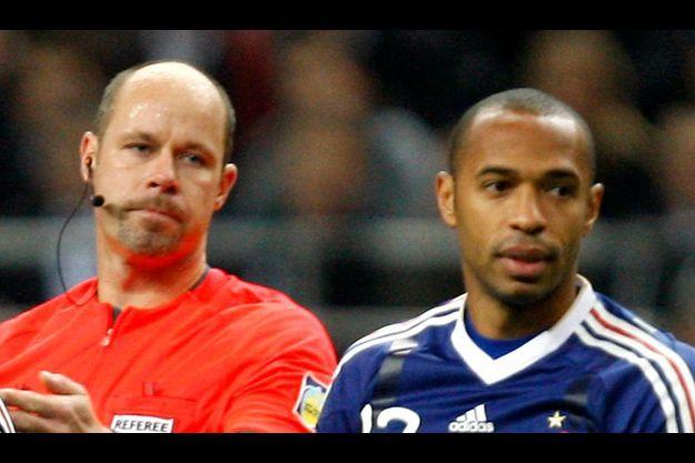 Thierry Henry et Martin Hansson, l'arbitre suédois qui, mal placé, a validé le but litigieux.