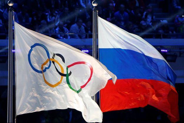 Les drapeaux olympiques et de la Russie.