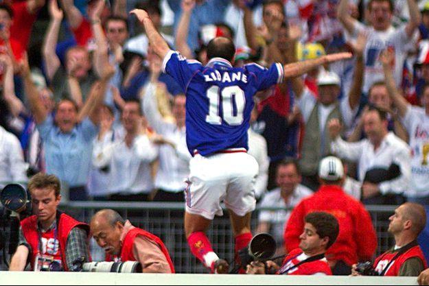Zinédine Zidane -et son maillot numéro 10- après le premier but contre le Brésil, le 12 juillet 1998, en finale de la Coupe du monde de football.
