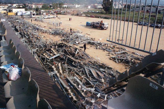 Tribune détruite au stade de Furiani en 1992.